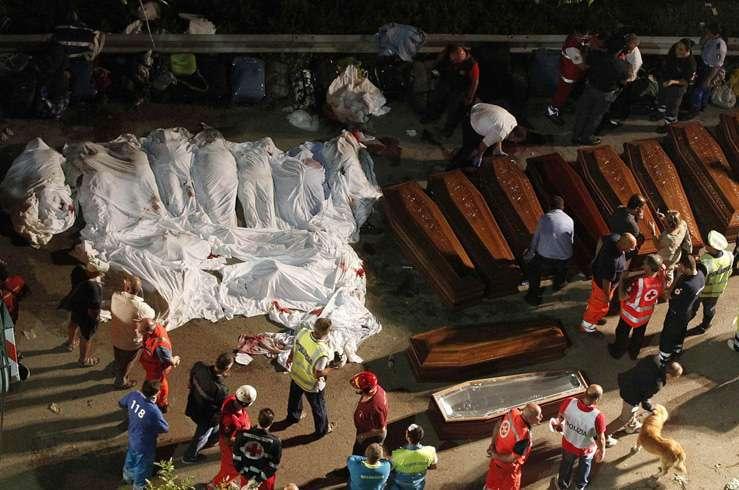 Автобус с туристами упал в пропасть в Италии. Фото 7