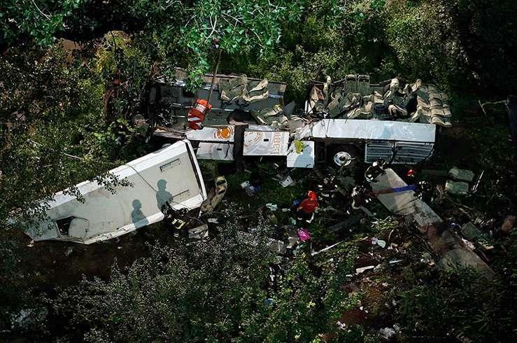 Автобус с туристами упал в пропасть в Италии. Фото 2