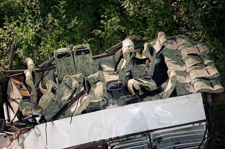 Автобус с туристами упал в пропасть в Италии. Фото 3
