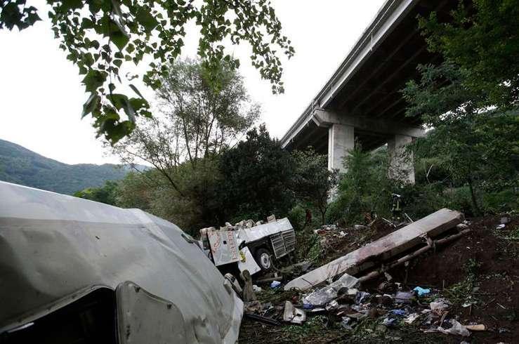 Автобус с туристами упал в пропасть в Италии. Фото 4