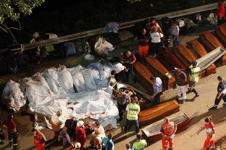 Автобус с туристами упал в пропасть в Италии. Фото 8