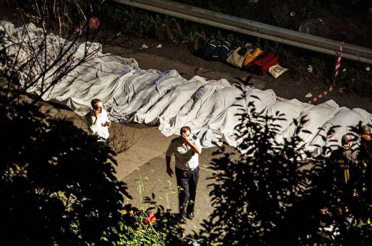 Автобус с туристами упал в пропасть в Италии. Фото 10