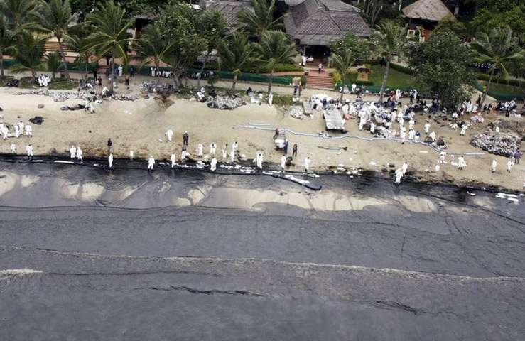 К острову Самет в Тайланде приплыло огромное нефтяное пятно