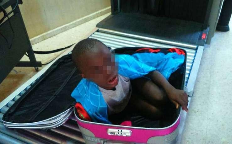 Испанские пограничники с помощью рентгена обнаружили в чемодане восьмилетнего мальчика
